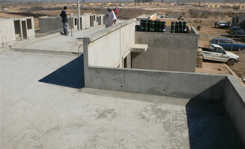 casa de concreto creada con formas de cubierta de aluminio