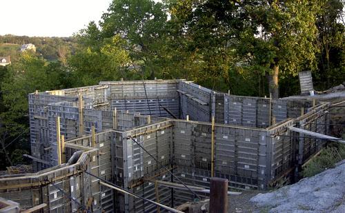 sótano de hormigón creado con formas de aluminio